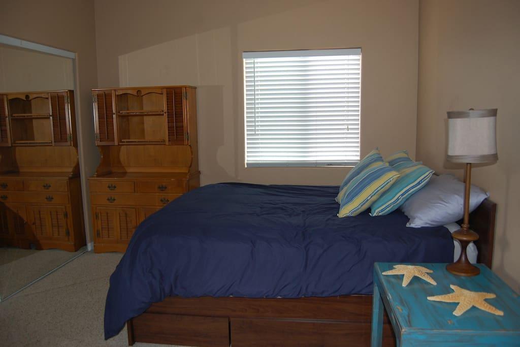 Bedroom (1 queen bed/optional twin air mattress)