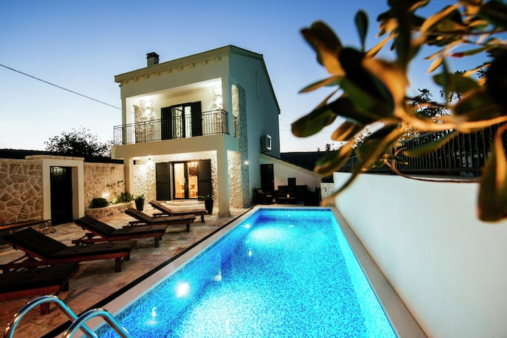 Increible villa con piscina en Vinjerac