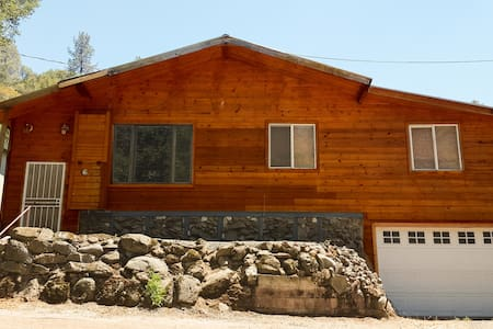 Large Upscale Cabin Steps Away from Flowing Creek - California Hot Springs - Huis