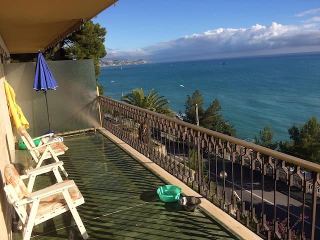 Groot terras met panoramisch zeezicht