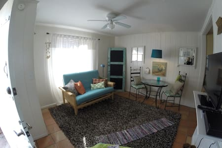 Bungalow Style 1BR Guesthouse with Patios! - Los Angeles - Konukevi