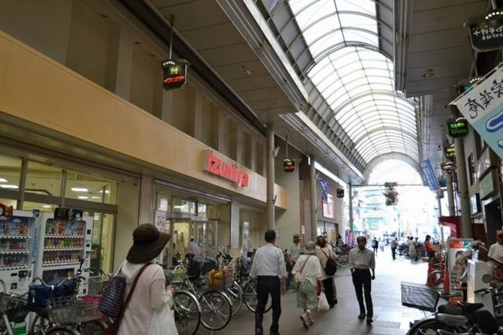 Close to shopping mall商店街