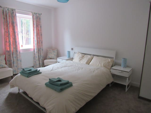 Double room in modern house with en suite