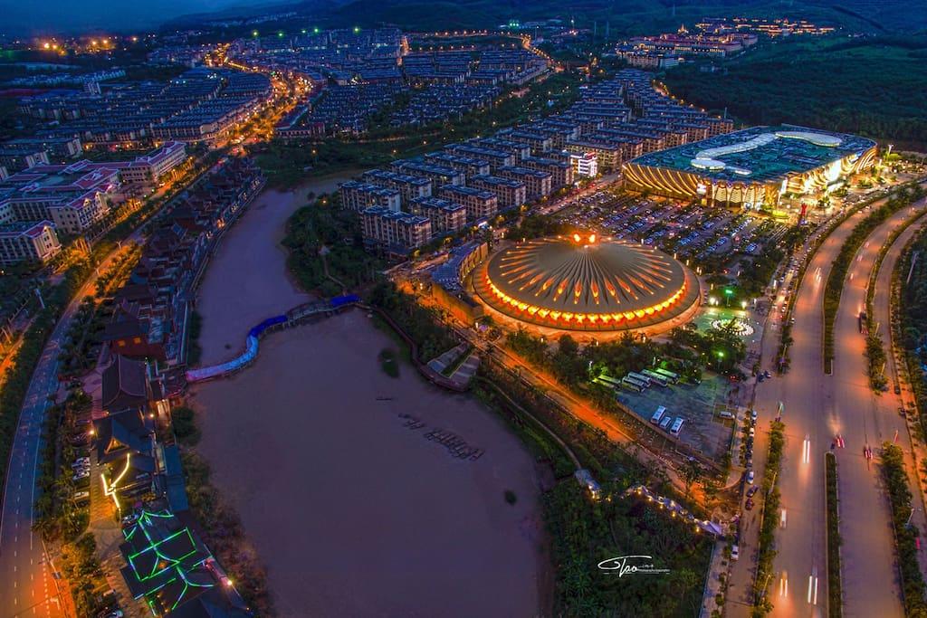 西双版纳万达国际旅游度假区:完美的度假生活型城市。超级市场、院线、剧场、乐园、酒吧街、美食街等功能丰富多彩。并有三甲医院保障生活。