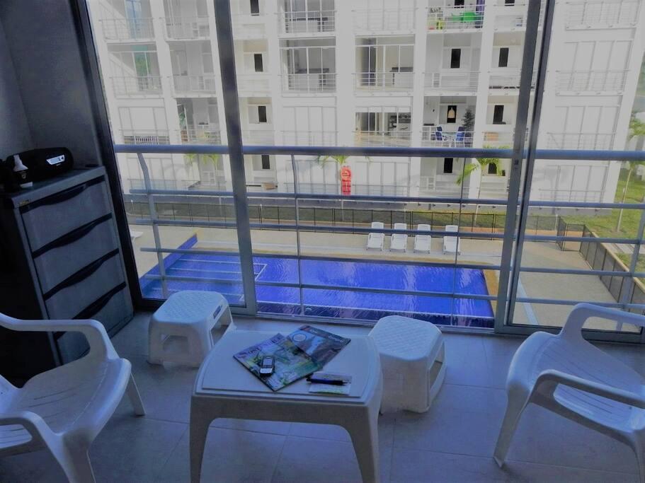 Sala con vista a la piscina