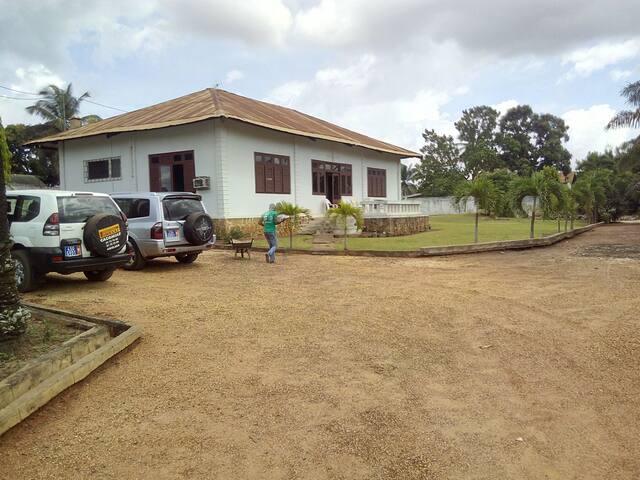 Belle villa avec jardins et parking avec gardien
