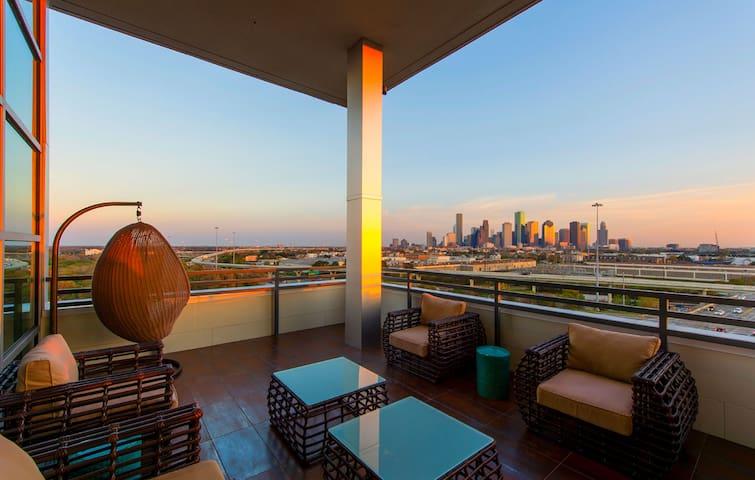 Luxurious Apartment- near Downtown prime location