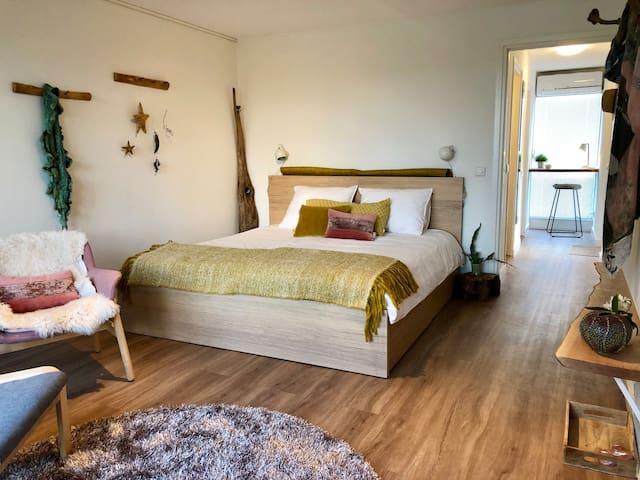 Woongedeelte met groot 2-persoons bed van 180x200 cm en uitstekende matrassen, 2 comfortabele stoelen