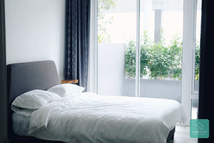Bedroom (1 Queen Size Bed) with Balcony