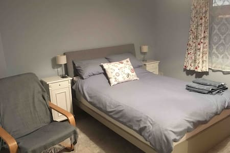 Modern Dbl & Sgl rooms 12mins from the airport