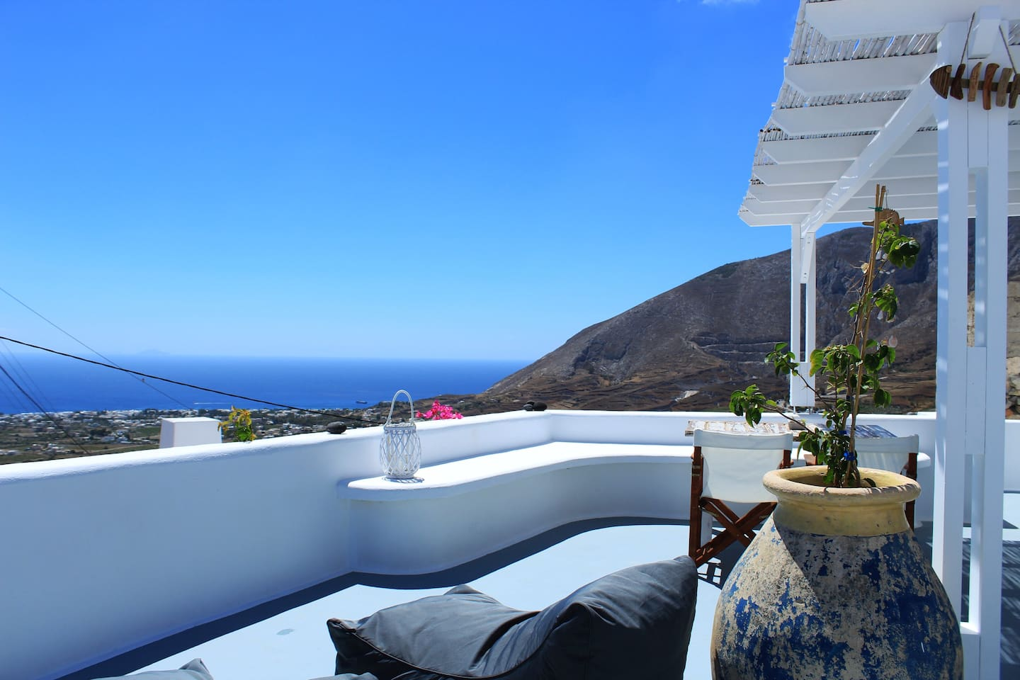 Lodras' House's balcony pending above the Aegean! Breathtaking views of Anafi island (east) and Mesa Vouno (south).