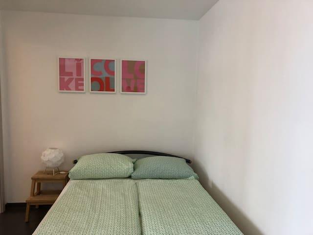 Bett - offener Schlafbereich links Tür zum Bad