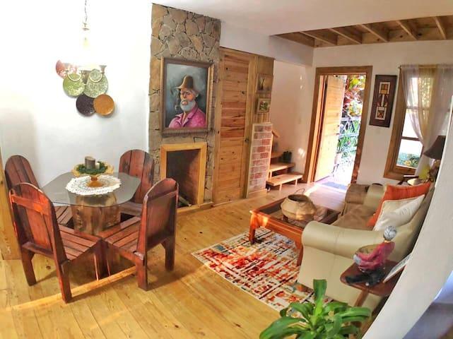 Sala de estar, comedor y chimenea en la parte interior de la villa