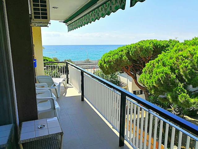 Apartment with pool at 35 kms Barcelona at 100m beach and train