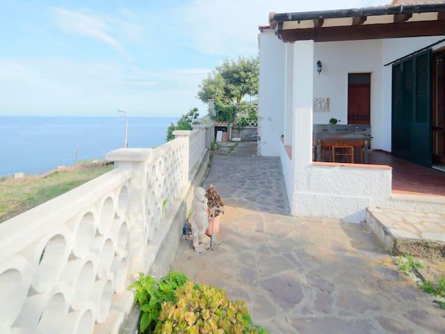 Holiday home with fantastic sea views - La Villetta