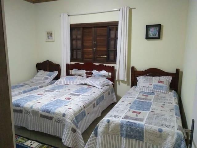 Quarto 1 - 1 cama casal + 2 camas solteiro.