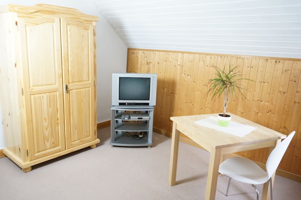 Schlafzimmer, mit TV und Kleiderschrank