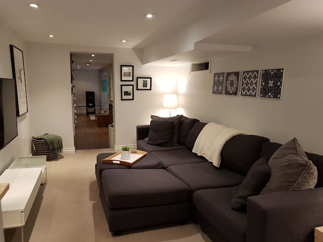 Cozy & Clean Apt In Roncesvalles Village, Toronto