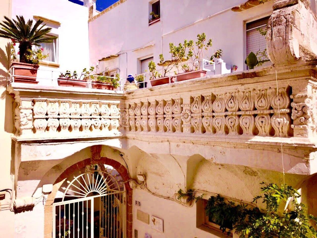 """Dimora storica del 1600, famosa ed unica per il """"balcone mensolato"""", che riproduce i disegni e lo stile architettonico del coetaneo Duomo."""