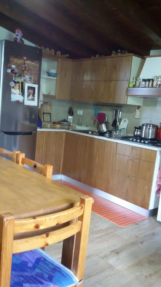Cucina con sala da pranzo e soggiorno (divano letto)