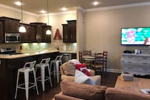 Kitchen with seating for the whole group!