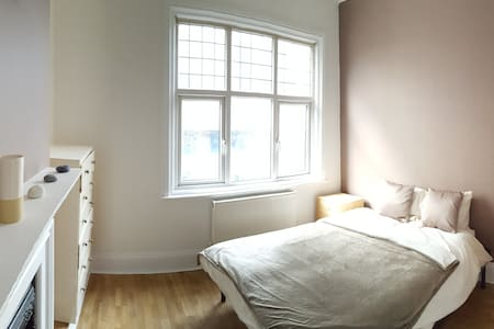 New & large double bedroom in Woking Town Centre - Woking - Haus