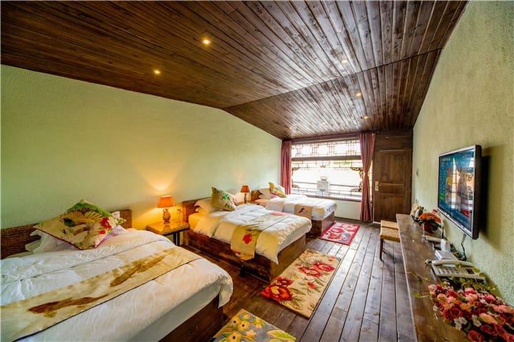 田园舒适三人间,房间超大,热水充足,适合度假.免费垂钓,,不用交古城维护费送地图免费下午茶 - Lijiang - Huis