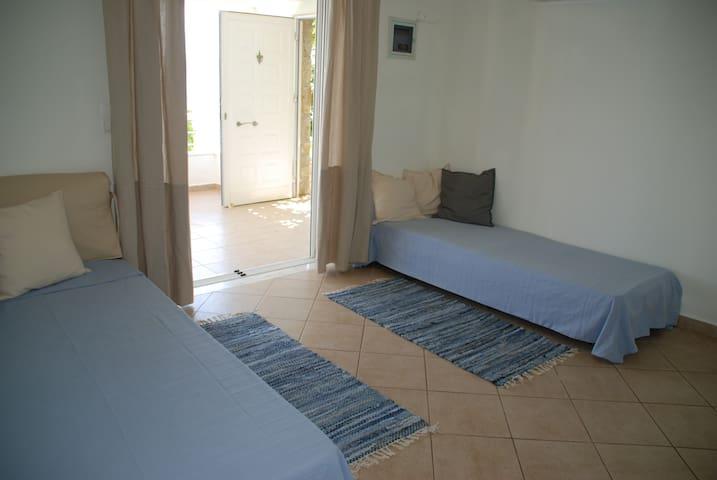 MAISTRO LIVING ROOM 2 single beds
