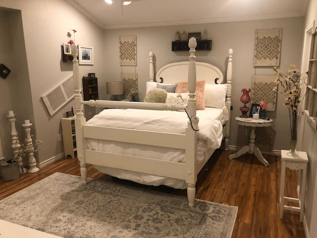 Charming, cozy, a place to relax! Style with class