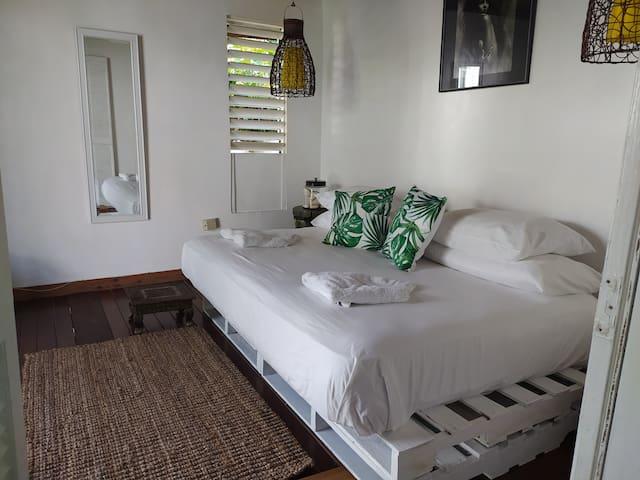 Mikuzi Kingston Room 3
