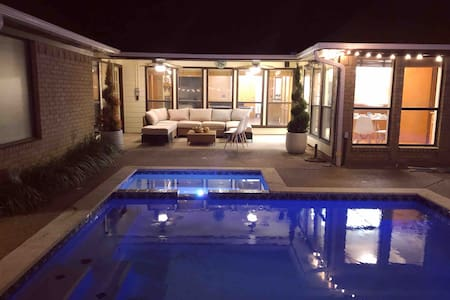 ***AMAZING GROUP HOUSE*** PRIVATE POOL & GAME ROOM
