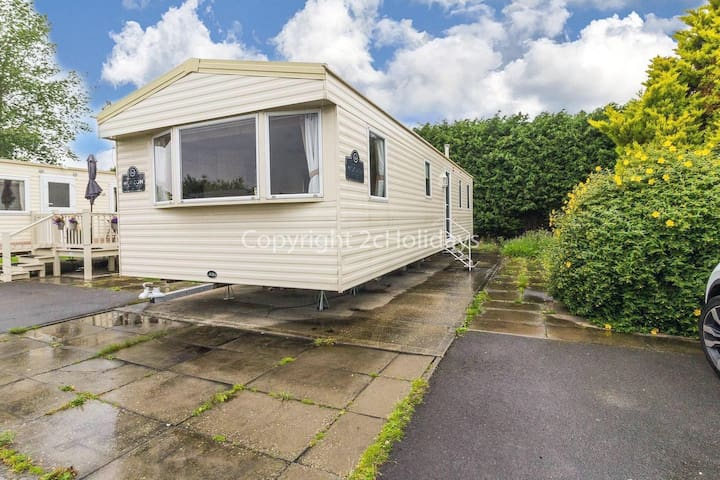 8 berth caravan for hire at Southview Holiday park Skegness ref 33021