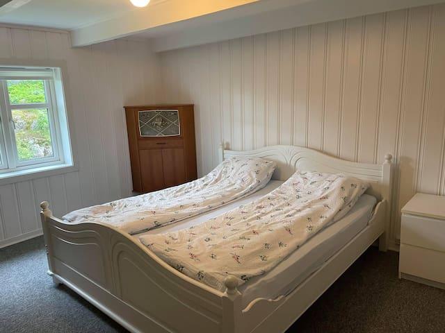 Soverom 4 med 180 cm seng, i tillegg til en enkeltseng.