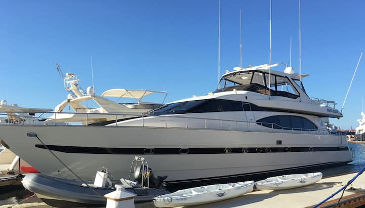 Luxury Yacht - Eight Large -Staying in Marina