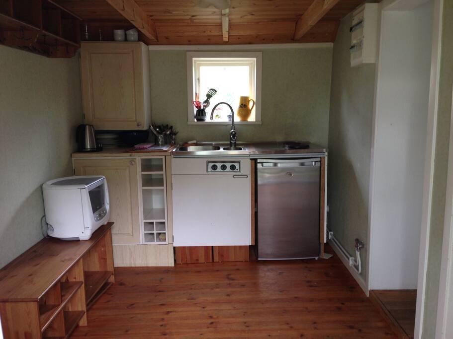 Vi har ett litet pentry med två kokplattor, lite kylskåp och micro
