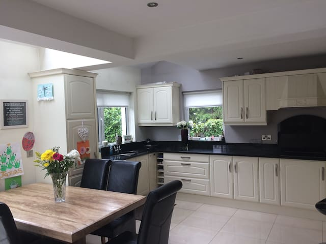4 Bed modern semi-detached house