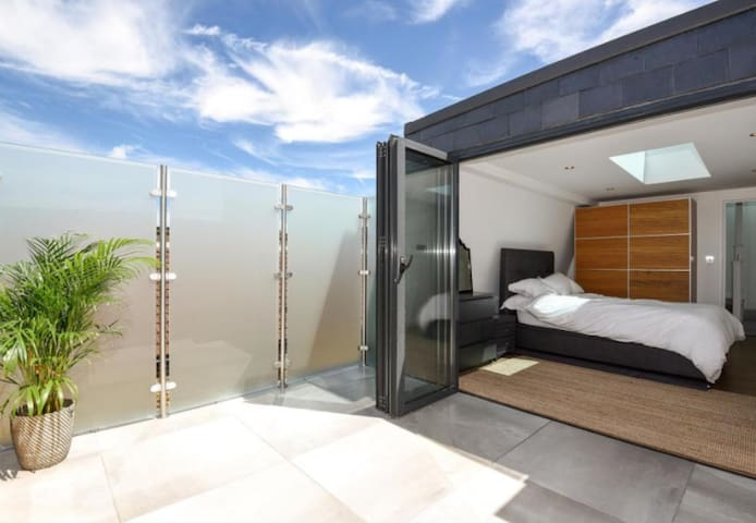 Contemporary double with private roof terrace - London - Hus