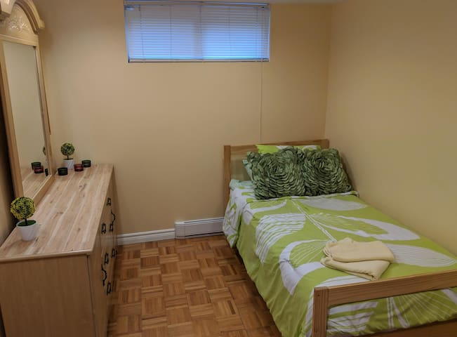 Cozy room with pool, parking & private entrance
