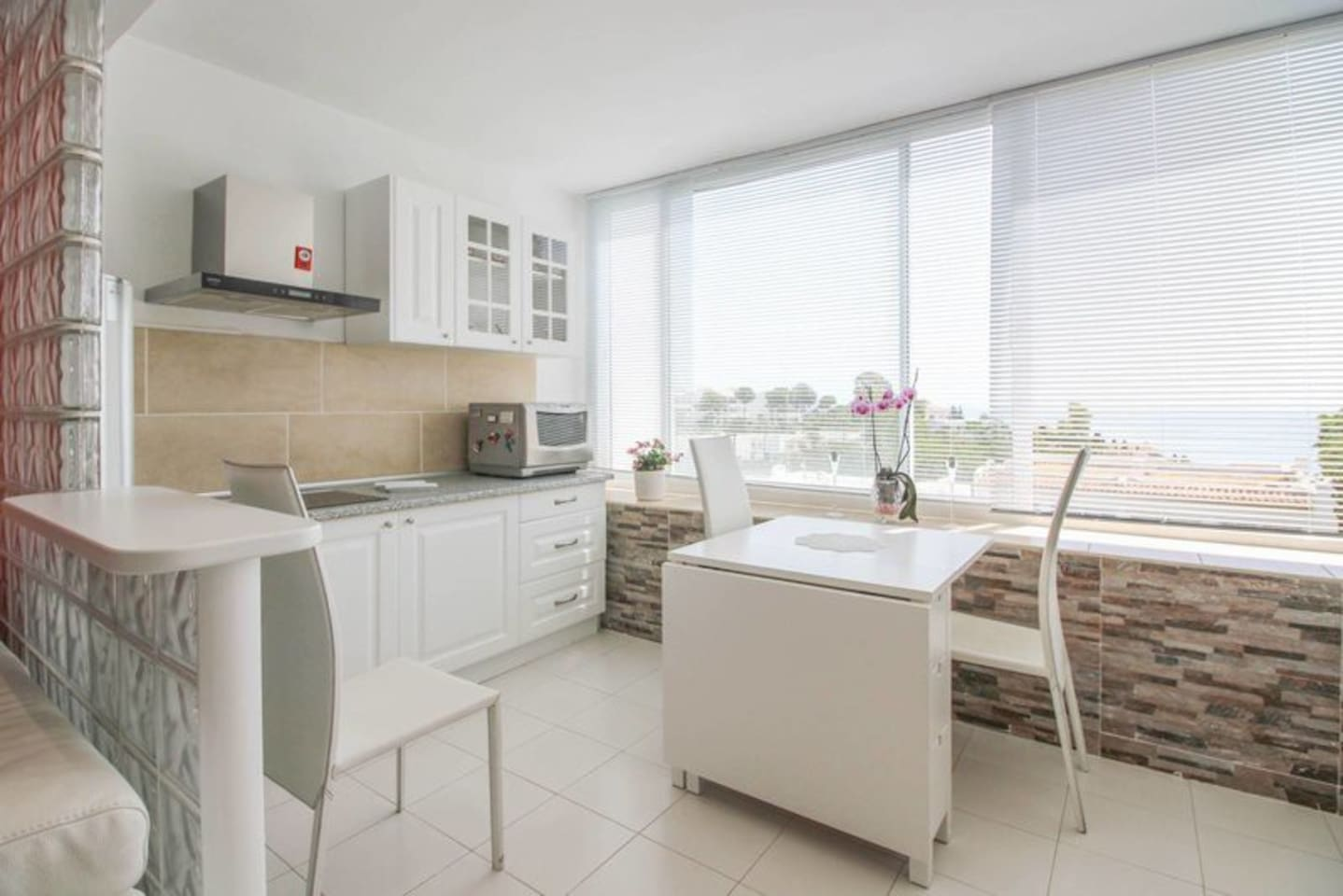 Lovely fully equipped kitchen with beautiful uninterrupted sea views..