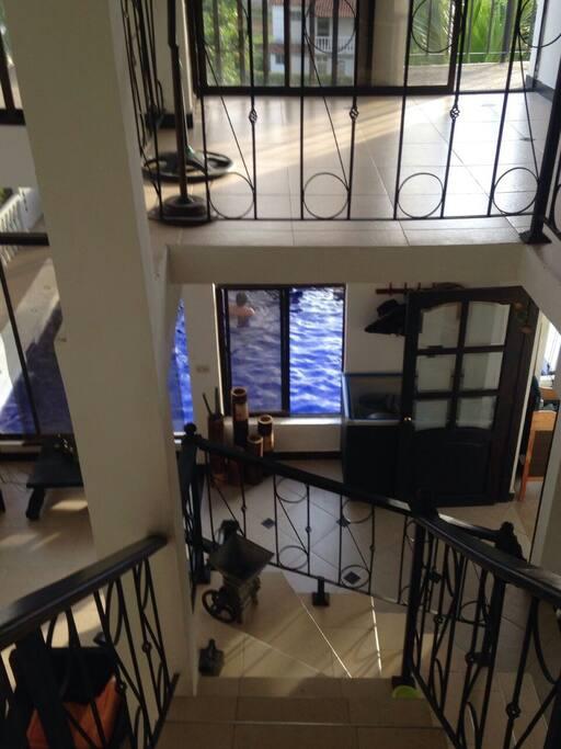 Vista desde el segundo piso por la escalera central