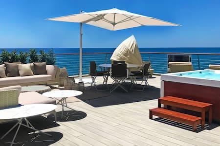 Luxus-Villa mit Garage direkt am Meer