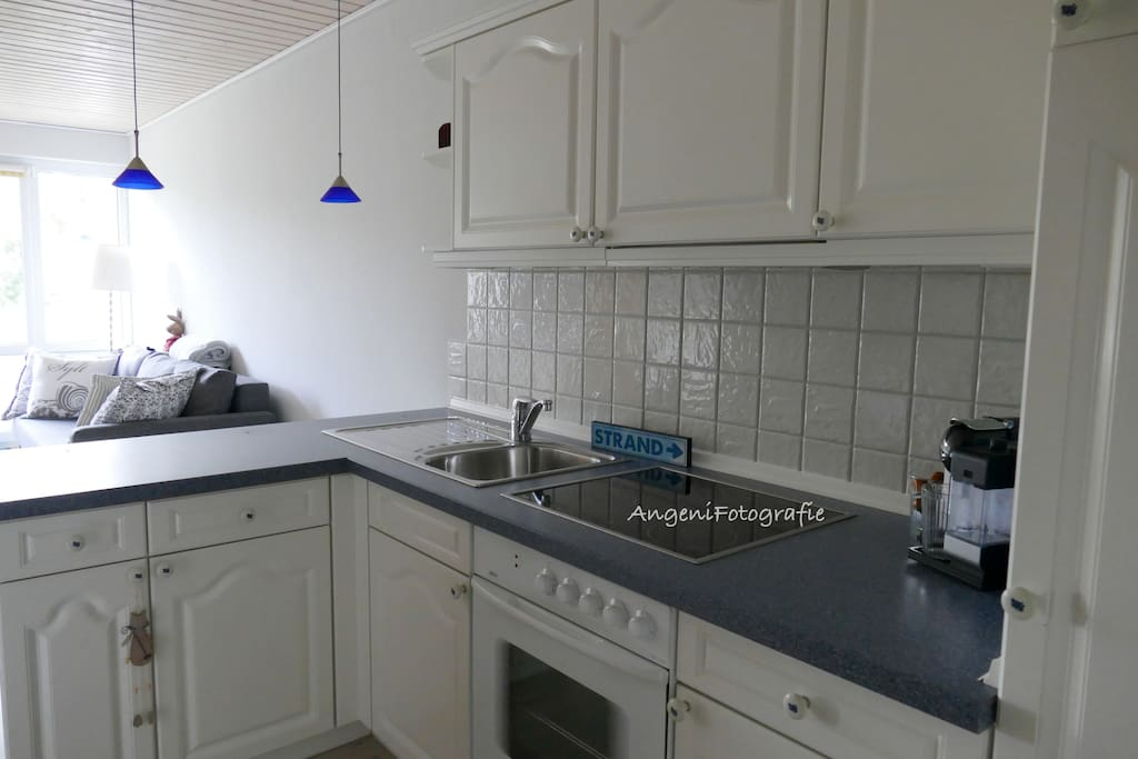 Küche mit Cerankochfeld, Backofen u. Spülmaschine