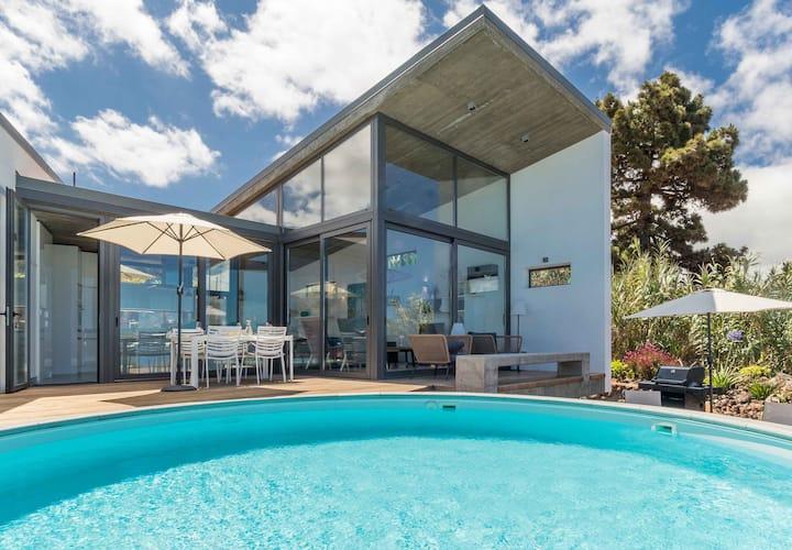 Architektenvilla mit privatem Pool und Meerblick