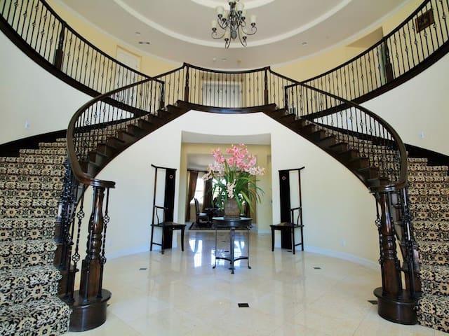 Peak mansion (URL HIDDEN) - Corona