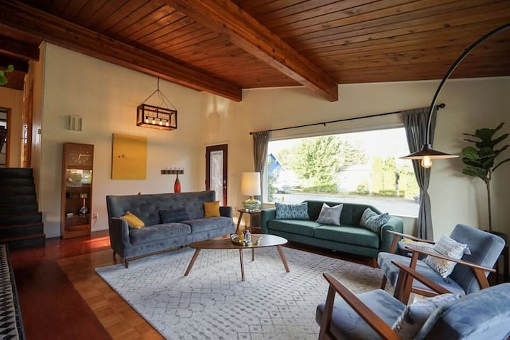 MId-Century Mountain Getaway near river, hikes, 40 m to Seattle or Stevens Pass!