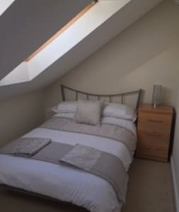 Light/airy double room in charming village. - Bottisham - 独立屋