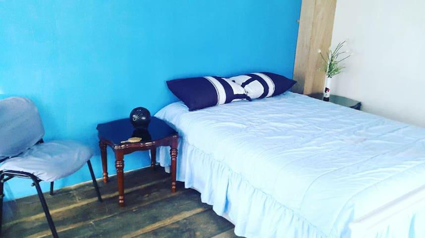Recamara con cama matrimonial