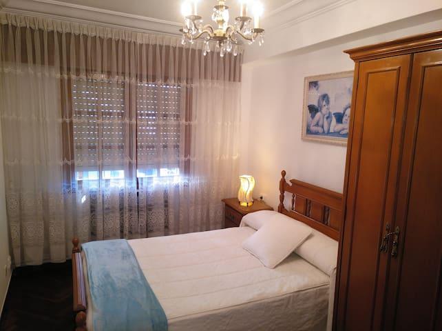 Habitación 2. Cama matrimonio 120 cm, mesilla con lámpara y armario.
