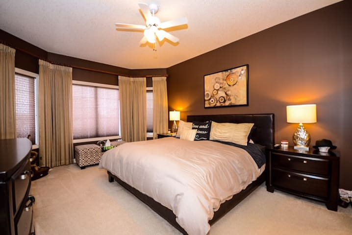 Beautiful executive home close to YEG airport - Leduc