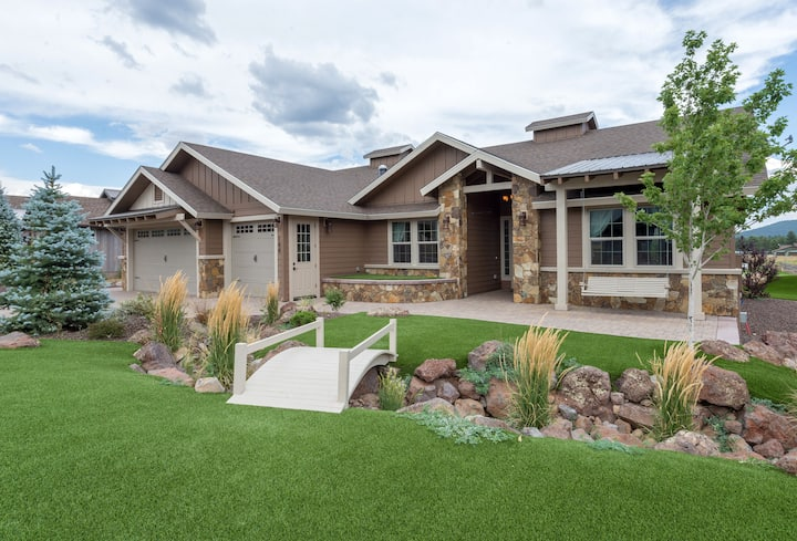 Entire home, hot tub, and putting green!